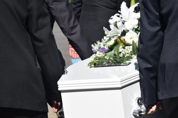 Cercueil blanc porté par 4 hommes