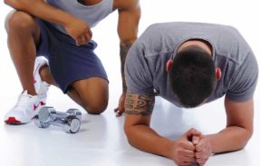 un personal trainer contrôle le gainage