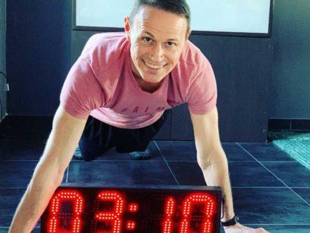 Homme en planche avec Chronometre entre les bras