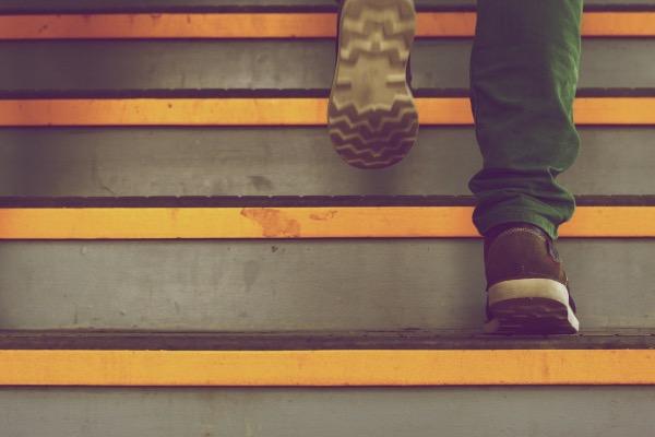 homme qui monte les escaliers