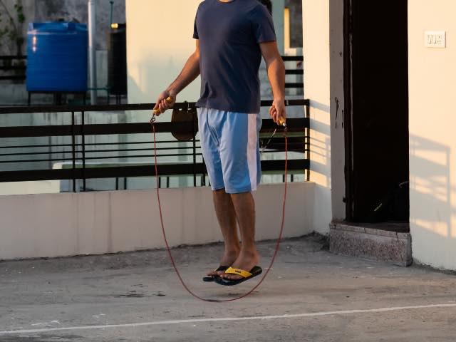 Homme qui saute à la corde