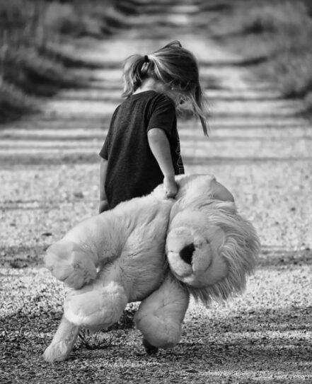 petite fille et Peluche